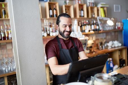 Homme heureux ou serveur au bar cashbox Banque d'images - 72947876