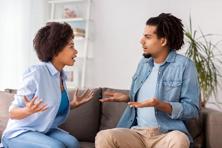 집에서 인수하는 데 불행한 부부 스톡 콘텐츠