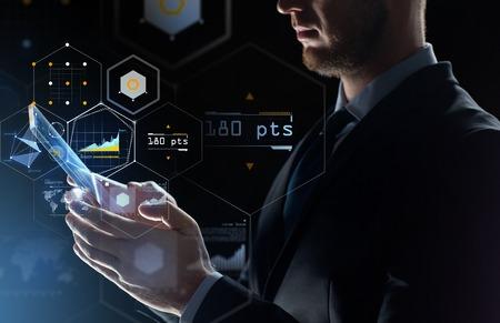 zaken, mensen en toekomstig technologieconcept - sluit omhoog van zakenman met de transparante computer van tabletpc en virtuele het schermprojectie over zwarte achtergrond