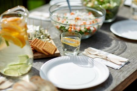 Tafel met eten voor het diner bij zomer tuin feest Stockfoto