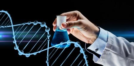 fermer du scientifique flacon tenant avec des produits chimiques