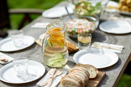 Tisch mit dem Essen für das Abendessen im Sommer Gartenparty Standard-Bild - 73727122