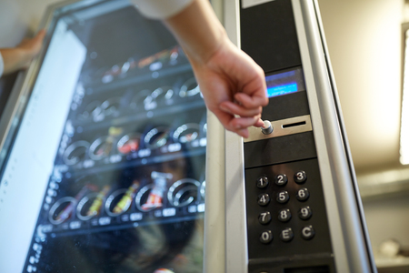 자동 판매기의 버튼을 누르는 손 스톡 콘텐츠