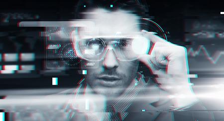Cyberspace, versterkte realiteit, technologie en mensen - man in 3d bril met virtuele schermen over glitch effect