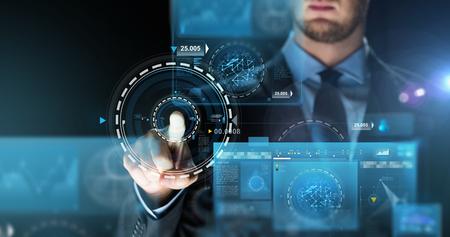 Business, Menschen, Zukunft Technologie und Cyberspace-Konzept - Nahaufnahme von Geschäftsmann berühren Projektion auf virtuellen Bildschirm über dunklen Hintergrund