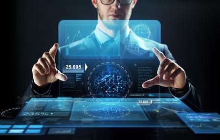 仮想画面を持ったビジネスマンのクローズ アップ