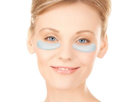 Nahaufnahme von Frau Gesicht mit unter den Augen-Patches