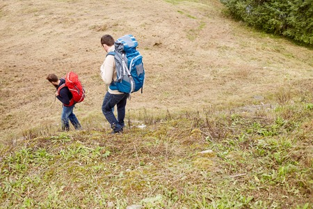 ハイキングのバックパックと友達 写真素材