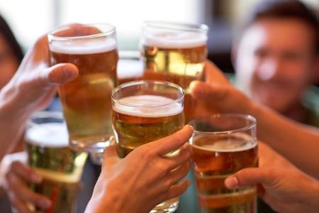 줄이나 술집에서 맥주를 마시는 행복 친구
