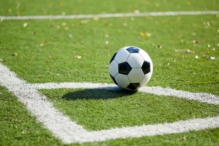 Voetbal op voetbalveld Stockfoto