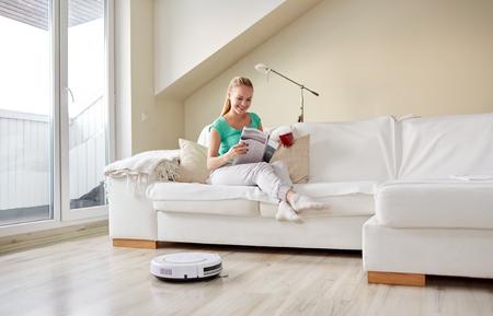 집에서 행복한 여자 로봇 진공 청소기