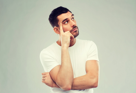 desconfianza: hombre de pensamiento sobre fondo gris