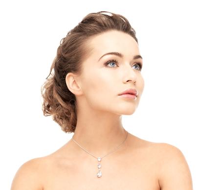 반짝 이는 다이아몬드 목걸이를 착용하는 여자 스톡 콘텐츠