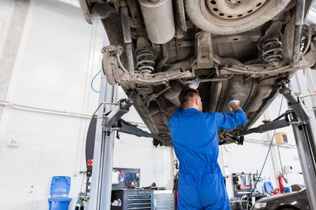 Mechaniker Mann oder Schmied Auto an der Werkstatt reparieren Standard-Bild - 74330604