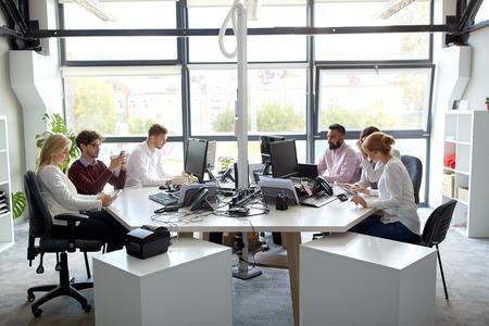 Business team met computers werken op kantoor Stockfoto - 74330731