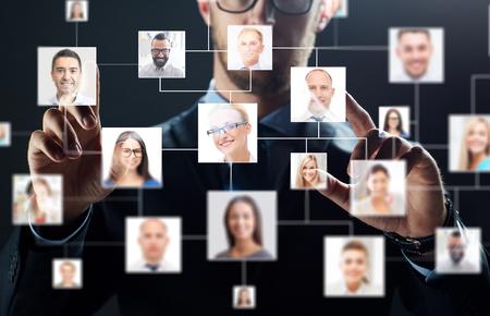 close-up van de zakenman met virtueel contact iconen