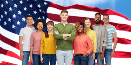 アメリカ国旗の上幸せな国際人 写真素材 - 74776661
