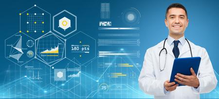 geneeskunde, mensen en gezondheidszorgconcept - glimlachende mannelijke arts met klembord en stethoscoop over blauwe achtergrond en virtuele grafieken