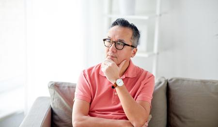 personas pensando: Gente, concepto, asiático, hombre, pensamiento, hogar Foto de archivo