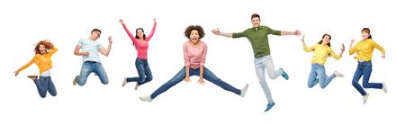 Concept de bonheur, de liberté, de mouvement et de personnes - souriant jeunes amis internationaux sautant dans l'air sur fond blanc Banque d'images - 75677765