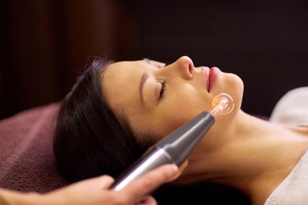 사람, 아름다움, 화장품 및 기술 개념 - 바늘 무료 mesotherapy 또는 hydradermie 얼굴 치료에 의해 microcurrent firming 장치에 의해 스파에서 아름 다운 젊은 여자 스톡 콘텐츠