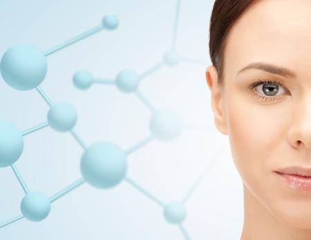 Schoonheid, mensen en gezondheid concept - mooie jonge vrouw gezicht op blauwe achtergrond met moleculen