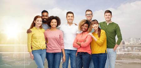 la diversità, la razza, l'etnia e la gente concetto - gruppo internazionale di uomini sorridenti felici e donne sopra della città di Singapore sfondo