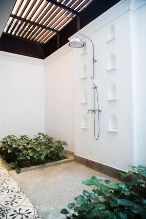 旅行、観光、休暇、夏季休日コンセプト - エキゾチックなホテルで屋外シャワー