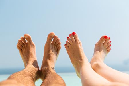 Paar Füße am Strand Standard-Bild - 76421514