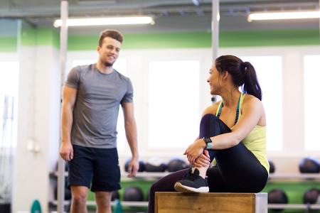 gelukkige man en vrouw met hartslagdrijver in gymnastiek