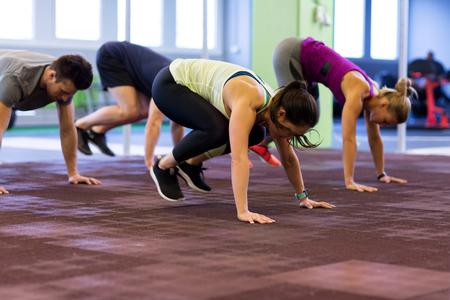 groep mensen die in gymnastiek uitoefenen Stockfoto