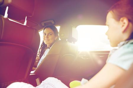 gelukkig gezin met een klein kind rijden in de auto Stockfoto