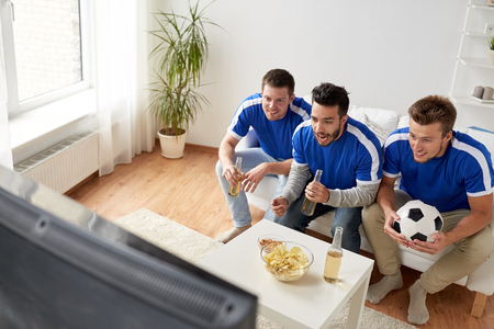 vrienden of voetbalfans kijken naar voetbal thuis