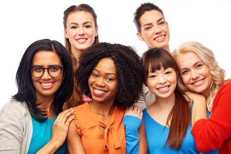 Internationale groep van gelukkige vrouwen knuffelen Stockfoto - 76362959