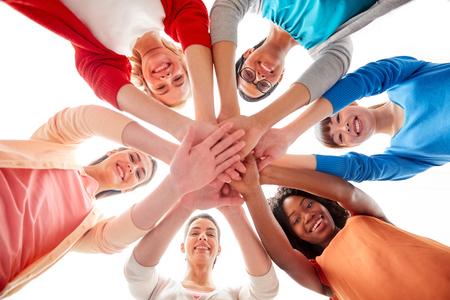 Internationale groep vrouwen met elkaar in handen Stockfoto