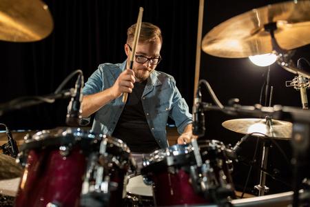músico masculino jugando tambores y platillos en el concierto photo