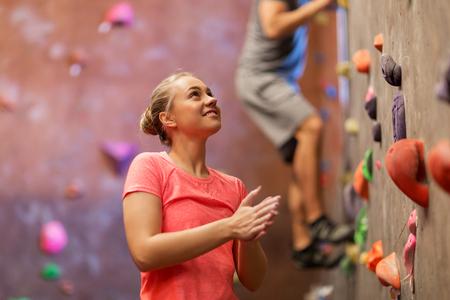 Homme et femme exerçant au gymnase d'escalade en salle Banque d'images - 76688229