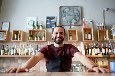 gelukkig man of kelner in de bar of coffeeshop