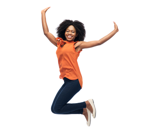 glücklich African American Frau über Weiß springen