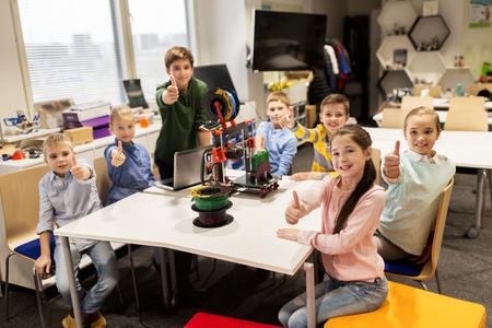 onderwijs, kinderen, technologie, wetenschap en mensen concept - groep gelukkige jonge geitjes met 3D-printer op robotica school les
