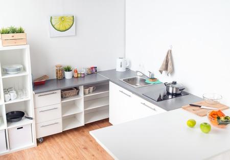 요리와 인테리어 개념 - 부엌, 음식과 향신료 테이블에 현대 가정 부엌