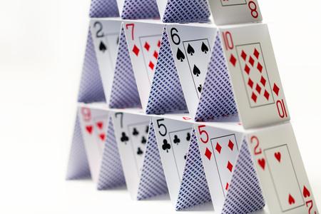 Huis van speelkaarten op witte achtergrond