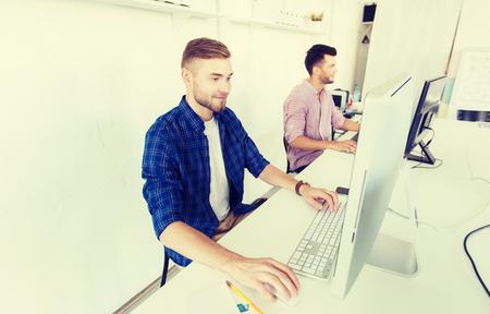 hombre creativo o estudiante con la computadora en la oficina
