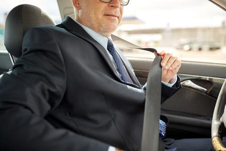 車の座席ベルトを締め上級ビジネスマン