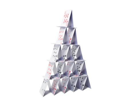 카지노, 도박, 기회의 게임, 위험과 불안 정한 개념 - 흰색 배경 위에 카드 놀이의 집