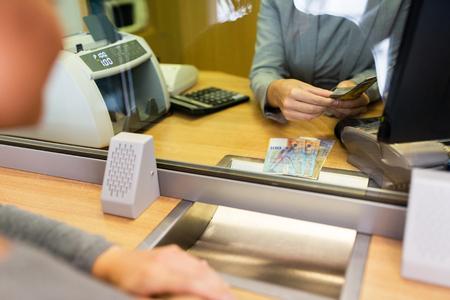 銀行事務所で現金を数える店員 写真素材