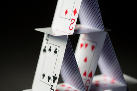 블랙 위로 카드 놀이의 집 폐쇄 스톡 콘텐츠