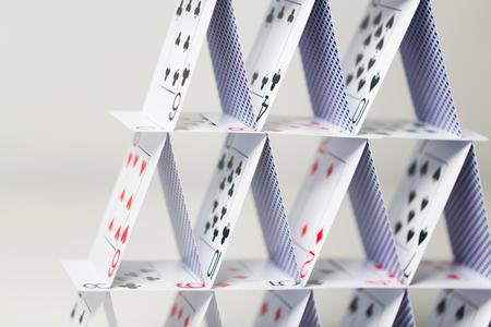 흰색 배경 위에 카드 놀이의 집