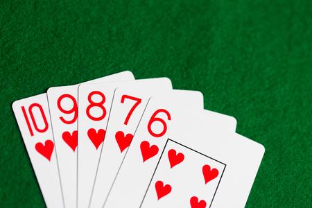 布に緑のカジノ トランプのポーカー手 写真素材 - 77827756