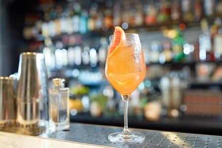 alcoholdranken en luxeconcept - glas van grapefruitcocktail bij bar Stockfoto